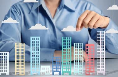 Деньги в стены: разумно ли в кризис приобретать недвижимость