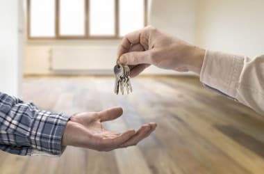 Как продать квартиру родственникам правильно: просто о сложном