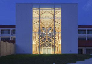 В Японии построили католическую церковь с минималистичными деревьями в интерьере