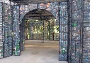 Специалист из Канады использовал пластиковые бутылки для строительства деревни