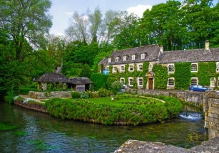 В Британии продают поместье с «жилищем хоббита»