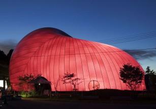 Концертный зал в тысяче оттенков создали в Стране восходящего солнца