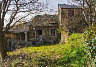 Группа молодых людей выкупила деревню в Испании